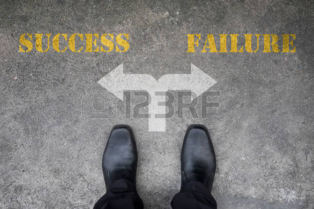 43120425-zwarte-schoenen-heeft-een-beslissing-te-maken-op-het-kruispunt--succes-of-falen